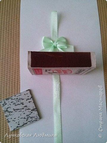 Давно мечтала сделать, календарь своими руками, вот и придумала как это можно осуществить, делюсь идеей. Нам понадобится: - плотный картон ( подойдет коробки из под обуви) - обои - клей ПВА, клей карандаш, титан или момент - бумага 2-х цветов - бумага белая - ленты 2 цвета - бусинки для украшения - спичечный коробок - свечка - ножницы - линейка - вилка - циркуль или пробка нужного диаметра, - спеплер или скрепки. фото 26