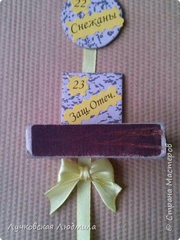 Давно мечтала сделать, календарь своими руками, вот и придумала как это можно осуществить, делюсь идеей. Нам понадобится: - плотный картон ( подойдет коробки из под обуви) - обои - клей ПВА, клей карандаш, титан или момент - бумага 2-х цветов - бумага белая - ленты 2 цвета - бусинки для украшения - спичечный коробок - свечка - ножницы - линейка - вилка - циркуль или пробка нужного диаметра, - спеплер или скрепки. фото 30