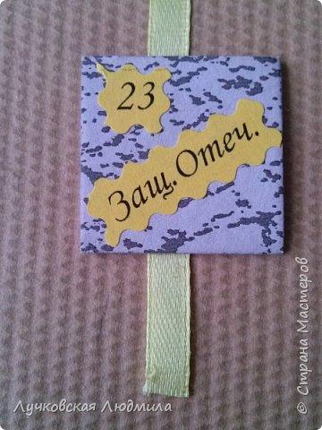 Давно мечтала сделать, календарь своими руками, вот и придумала как это можно осуществить, делюсь идеей. Нам понадобится: - плотный картон ( подойдет коробки из под обуви) - обои - клей ПВА, клей карандаш, титан или момент - бумага 2-х цветов - бумага белая - ленты 2 цвета - бусинки для украшения - спичечный коробок - свечка - ножницы - линейка - вилка - циркуль или пробка нужного диаметра, - спеплер или скрепки. фото 31
