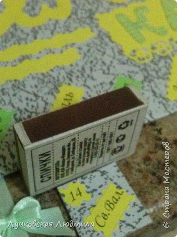 Давно мечтала сделать, календарь своими руками, вот и придумала как это можно осуществить, делюсь идеей. Нам понадобится: - плотный картон ( подойдет коробки из под обуви) - обои - клей ПВА, клей карандаш, титан или момент - бумага 2-х цветов - бумага белая - ленты 2 цвета - бусинки для украшения - спичечный коробок - свечка - ножницы - линейка - вилка - циркуль или пробка нужного диаметра, - спеплер или скрепки. фото 35