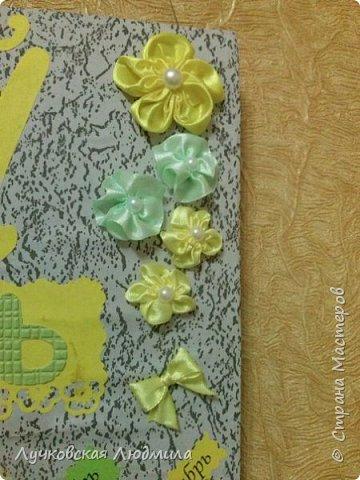 Давно мечтала сделать, календарь своими руками, вот и придумала как это можно осуществить, делюсь идеей. Нам понадобится: - плотный картон ( подойдет коробки из под обуви) - обои - клей ПВА, клей карандаш, титан или момент - бумага 2-х цветов - бумага белая - ленты 2 цвета - бусинки для украшения - спичечный коробок - свечка - ножницы - линейка - вилка - циркуль или пробка нужного диаметра, - спеплер или скрепки. фото 40