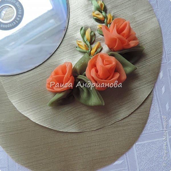 Понадобится: плотная ткань для основы, легкая ткань для розочек и листиков, два DVD диска, синтепон, нитки. фото 12