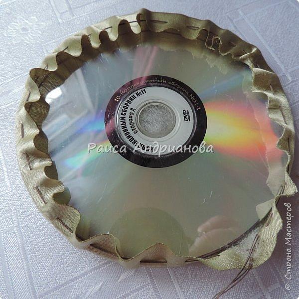 Понадобится: плотная ткань для основы, легкая ткань для розочек и листиков, два DVD диска, синтепон, нитки. фото 15