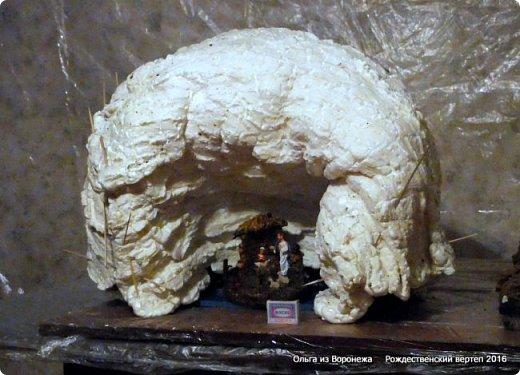 """Пещеру делала после просмотра МК LASCOSASDELALOLA MANUALIDADES Потребовался перевод с испанского языка. Всё так было понятно, но некоторые детали просто требовали уточнения. Помогли студенты, обучающиеся в нашей стране.. Вот их перевод - """"Необходимые материалы : Кусок дерева Вода с мылом Палочки Мыло для посуды Пена Краска - спрей Песок для украшения 1. Нужно намочить кусок дерева водой с мылом 2. Наносится пена по всему куску дерева , не оставляя пустое пространство 3. Нужно подождать до того как пена уже не прилипает к рукам. И тогда с помощью перчаток, смоченных водой с мылом, нажимаем на пену и затем снимается с куска дерева и моделируем. 4. С помощью коробки, полочек и бумаги моделируем нужную форму 5. Теперь нужно подождать до высыхания пены и при необходимости добавлять свежую пену для корректировки формы 6. Покрасить и украсить песком."""" .......... На куски дерева думала камень. В вводу добавляют мыло для посуды. О-па! Водой с мылом смачиваем не только куски дерева, покрытые корой, но и перчатки на руках., чтобы не прилипало к пене. Хорошо что дождалась перевод!.Плюсую всё, что узнала по всем роликам, переводам и советы друзей. ................................... В последующие годы, по тем или иным причинам, оформление этой же пещеры претерпевало изменения -  Рождественский вертеп 2017  https://stranamasterov.ru/node/1074186  Рождественский вертеп 2018  https://stranamasterov.ru/node/1131011  Рождественский вертеп 2019  https://stranamasterov.ru/node/1167679#comment-15529778  ...........................................................................  Мастер-класс Поделка изделие Рождество Моделирование конструирование Рождественский вертеп Мастер-класс  фото 1 фото 12"""