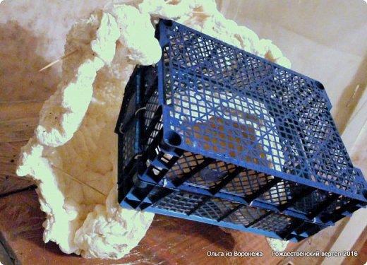 """Пещеру делала после просмотра МК LASCOSASDELALOLA MANUALIDADES Потребовался перевод с испанского языка. Всё так было понятно, но некоторые детали просто требовали уточнения. Помогли студенты, обучающиеся в нашей стране.. Вот их перевод - """"Необходимые материалы : Кусок дерева Вода с мылом Палочки Мыло для посуды Пена Краска - спрей Песок для украшения 1. Нужно намочить кусок дерева водой с мылом 2. Наносится пена по всему куску дерева , не оставляя пустое пространство 3. Нужно подождать до того как пена уже не прилипает к рукам. И тогда с помощью перчаток, смоченных водой с мылом, нажимаем на пену и затем снимается с куска дерева и моделируем. 4. С помощью коробки, полочек и бумаги моделируем нужную форму 5. Теперь нужно подождать до высыхания пены и при необходимости добавлять свежую пену для корректировки формы 6. Покрасить и украсить песком."""" .......... На куски дерева думала камень. В вводу добавляют мыло для посуды. О-па! Водой с мылом смачиваем не только куски дерева, покрытые корой, но и перчатки на руках., чтобы не прилипало к пене. Хорошо что дождалась перевод!.Плюсую всё, что узнала по всем роликам, переводам и советы друзей. ................................... В последующие годы, по тем или иным причинам, оформление этой же пещеры претерпевало изменения -  Рождественский вертеп 2017  https://stranamasterov.ru/node/1074186  Рождественский вертеп 2018  https://stranamasterov.ru/node/1131011  Рождественский вертеп 2019  https://stranamasterov.ru/node/1167679#comment-15529778  ...........................................................................  Мастер-класс Поделка изделие Рождество Моделирование конструирование Рождественский вертеп Мастер-класс  фото 1 фото 11"""