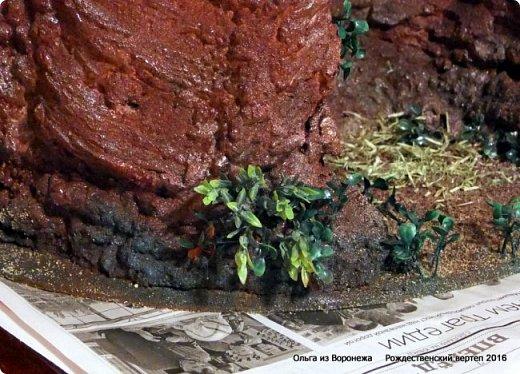 """Пещеру делала после просмотра МК LASCOSASDELALOLA MANUALIDADES Потребовался перевод с испанского языка. Всё так было понятно, но некоторые детали просто требовали уточнения. Помогли студенты, обучающиеся в нашей стране.. Вот их перевод - """"Необходимые материалы : Кусок дерева Вода с мылом Палочки Мыло для посуды Пена Краска - спрей Песок для украшения 1. Нужно намочить кусок дерева водой с мылом 2. Наносится пена по всему куску дерева , не оставляя пустое пространство 3. Нужно подождать до того как пена уже не прилипает к рукам. И тогда с помощью перчаток, смоченных водой с мылом, нажимаем на пену и затем снимается с куска дерева и моделируем. 4. С помощью коробки, полочек и бумаги моделируем нужную форму 5. Теперь нужно подождать до высыхания пены и при необходимости добавлять свежую пену для корректировки формы 6. Покрасить и украсить песком."""" .......... На куски дерева думала камень. В вводу добавляют мыло для посуды. О-па! Водой с мылом смачиваем не только куски дерева, покрытые корой, но и перчатки на руках., чтобы не прилипало к пене. Хорошо что дождалась перевод!.Плюсую всё, что узнала по всем роликам, переводам и советы друзей. ................................... В последующие годы, по тем или иным причинам, оформление этой же пещеры претерпевало изменения -  Рождественский вертеп 2017  https://stranamasterov.ru/node/1074186  Рождественский вертеп 2018  https://stranamasterov.ru/node/1131011  Рождественский вертеп 2019  https://stranamasterov.ru/node/1167679#comment-15529778  ...........................................................................  Мастер-класс Поделка изделие Рождество Моделирование конструирование Рождественский вертеп Мастер-класс  фото 1 фото 19"""