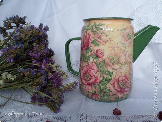 Волшебное время года - зима! Чудесные превращения не только в природе, но и у старых чайников. Оказывается, морозные вечера не только на окошках замысловатые  узоры рисуют, а еще и чайники преображают. Вот на одном моем стареньком чайнике расцвели пионы! Теперь он превратился в яркий, солнечный кувшин. Частичка лета в зимнем царстве!  Смотрите сами)