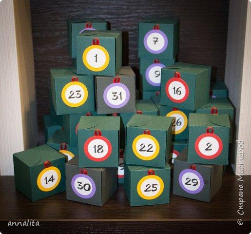 Здравствуйте. Наконец-то выкладываю труд целого месяца. Уже второй год делаю для дочки календарь ожидания НГ. Но если в прошлом году подарки и задания были спонтанными, то в этом году подошла к этому делу основательно. Спасибо Марине Лужинской  (http://stranamasterov.ru/user/315411) за идеи наполнения каждого дня. Кое-что я почерпнула именно у нее.  В прошлом году заданий было немного, в основном сладости. Но в этом конфет в доме было очень много, поэтому в календаре решила их ограничить малым количеством  и старалась подобрать что-то оригинальное. А в основном это были игрушки из шоколадных яиц. Были и подарки побольше (носочки, гигиеническая помада, билеты на новогоднее представление, новогодний журнал), тогда мы использовали квесты.  Также в каждой коробочке была записка с названием сегодняшнего Дня, стихотворение на эту тему и миниатюра раскраски (сама раскраска в оригинальном виде крепилась недалеко от елочки оборотной стороной). фото 5