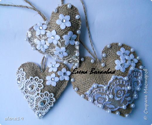 Сердечки из мешковины с кружевом, бусинками.  фото 1