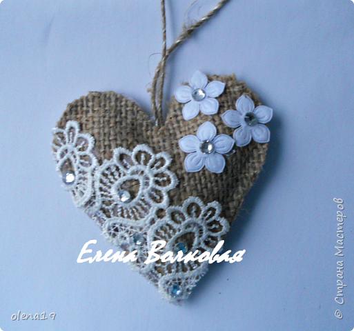 Сердечки из мешковины с кружевом, бусинками.  фото 4