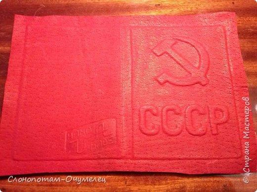 По просьбе читателей моего блога сделал мастер-класс по изготовлению обложки из натуральной кожи на паспорт. Это базовый мастер-класс, в котором описываю последовательность и приёмы изготовления обложки. Далее планирую опубликовать ещё несколько МК по оформлению обложки в разных техниках. Живу в Беларуси, поэтому обложка сделана на паспорт гражданина Беларуси. По размеру, насколько я могу судить (приходилось продавать обложки на паспорт россиянам), размеры белорусского и российского паспортов одинаковые. Есть различия и существенные, о чём я скажу по ходу изготовления. Итак, начинаем. фото 16