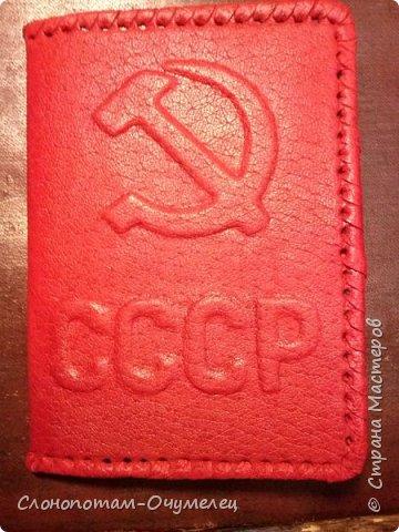 По просьбе читателей моего блога сделал мастер-класс по изготовлению обложки из натуральной кожи на паспорт. Это базовый мастер-класс, в котором описываю последовательность и приёмы изготовления обложки. Далее планирую опубликовать ещё несколько МК по оформлению обложки в разных техниках. Живу в Беларуси, поэтому обложка сделана на паспорт гражданина Беларуси. По размеру, насколько я могу судить (приходилось продавать обложки на паспорт россиянам), размеры белорусского и российского паспортов одинаковые. Есть различия и существенные, о чём я скажу по ходу изготовления. Итак, начинаем. фото 50