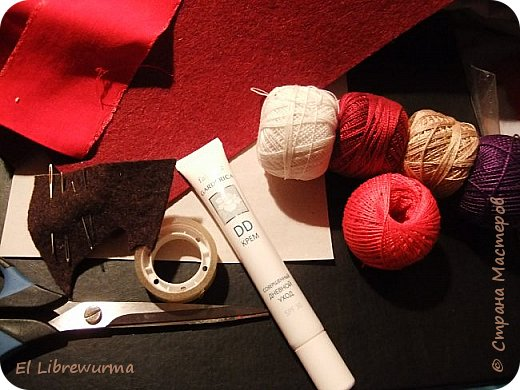 А сошьём-ка мы на этот раз напёрсток. Напёрсток выйдет на японский манер и называется юбинуки. Он надевается при шитье на вторую фалангу среднего пальца рабочей руки и так, а не кончиком пальца в японской традиции проталкивают иглу при шитье. В древности это было просто колечко из плотного войлока или бумаги, позже его стали разукрашивать вышивкой. Теперь это не просто напёрсток, а очень декоративный напёрсток и вообще предмет искуства))) фото 3
