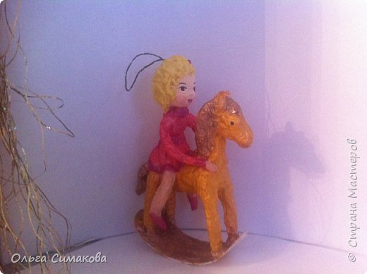 Девочка на коне из ваты фото 1