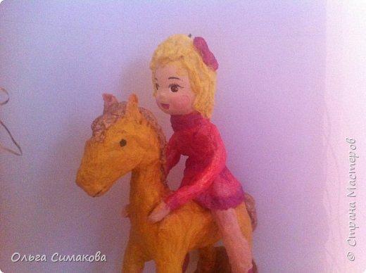 Девочка на коне из ваты фото 2