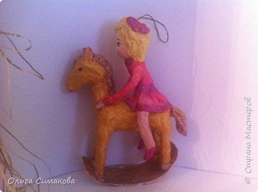 Девочка на коне из ваты фото 3