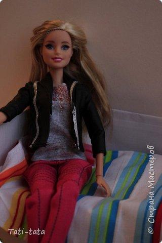 Моя кукла сидит на кровати. фото 1