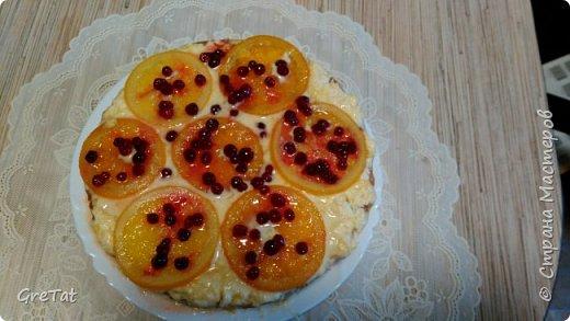 Нашла в старом журнале рецепт чудо-тортика. Апельсины немного отварила в сахарном сиропе, приготовленном на небольшом количестве апельсинового сока. Дополнительно решила украсить брусникой и припудрила фруктозой (на фото, может, не очень хорошо видно). Вместо апельсинового джема взяла какой нашла в магазине - персиковый. В остальном - все по рецепту. У меня бисквит по этому рецепту получился на троечку:-). Думаю из покупных бисквитных кожей получится прекрасный торт, в след.раз сделаю из них. фото 8