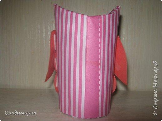 Такая розовая совунья появилась у меня.  Основой послужил рулончик туалетной бумаги, вещё в работе использовала цветной  картон и скрапбумагу. фото 2