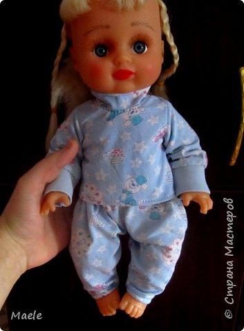 Дочкиной кукле Алине сшила вчера пижамку из порвавшихся домашних штанишек :) манжеты и резинка штанов очень пригодились) фото 1