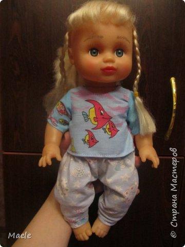 Дочкиной кукле Алине сшила вчера пижамку из порвавшихся домашних штанишек :) манжеты и резинка штанов очень пригодились) фото 3