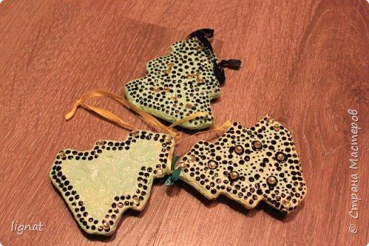 Давно хотела попробовать сделать ёлочные игрушки из ваты... Вот такие ёлочки у меня получились. Ёлочки покрыты акриловыми красками и водным лаком... Что бы скрыть некоторые неровности добавила точки и блестящие желтые декоративные элементы... фото 2