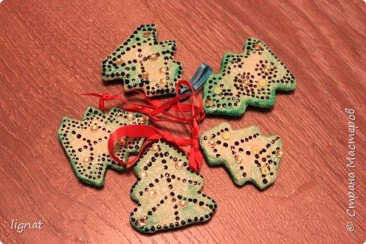 Давно хотела попробовать сделать ёлочные игрушки из ваты... Вот такие ёлочки у меня получились. Ёлочки покрыты акриловыми красками и водным лаком... Что бы скрыть некоторые неровности добавила точки и блестящие желтые декоративные элементы... фото 3