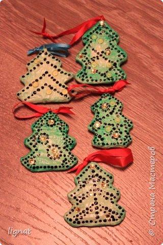 Давно хотела попробовать сделать ёлочные игрушки из ваты... Вот такие ёлочки у меня получились. Ёлочки покрыты акриловыми красками и водным лаком... Что бы скрыть некоторые неровности добавила точки и блестящие желтые декоративные элементы... фото 4