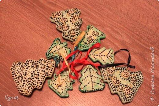 Давно хотела попробовать сделать ёлочные игрушки из ваты... Вот такие ёлочки у меня получились. Ёлочки покрыты акриловыми красками и водным лаком... Что бы скрыть некоторые неровности добавила точки и блестящие желтые декоративные элементы... фото 5