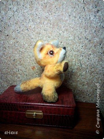 Интересно, о чём мечтает этот маленький лисёнок, глядя в небо? Быть может, ищет созвездие лис? Или о том, как вырастет межгалактическим репортёром? Выполнен ребёнок из плюша для игрушек. высота стоя от стола до затылка (без ушек) - 10,5 см фото 2