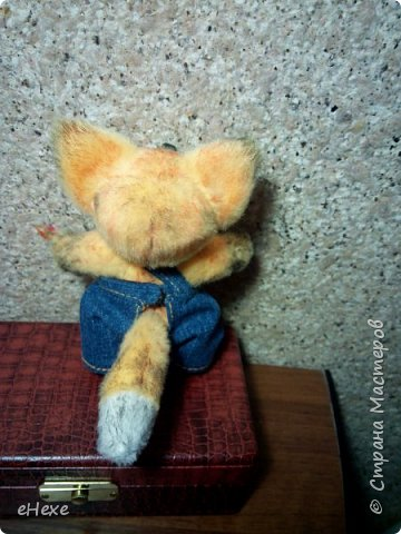 Интересно, о чём мечтает этот маленький лисёнок, глядя в небо? Быть может, ищет созвездие лис? Или о том, как вырастет межгалактическим репортёром? Выполнен ребёнок из плюша для игрушек. высота стоя от стола до затылка (без ушек) - 10,5 см фото 5