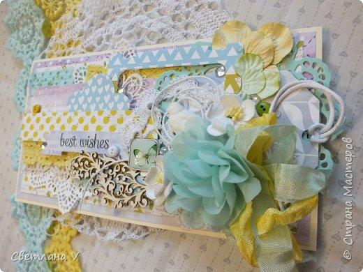 Рамка сделалась в подарок ребенку подруге на годик, основа - пивной картон обтянутый хлопком. Хлопок затонирован по краям белым грунтом, задекорировано все кружевом, вязаными вещицами и всякими цветочками: фото 7