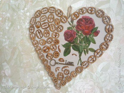 Добрый  день  или  вечер , дорогие  жители  нашей  прекрасной  СМ  !!!  Я  вновь  к  Вам  с  сердечком  для  любимых  -  теперь  уже  для  сестрички .  Понравились  ей  предыдущие и  она  пожелала  иметь  такое  же .  Точно  такое  сделать  не  получилось , потому  как  нет  уже  красивой  засушенной  розы  .  Но  ведь  безвыходных  положений  нет .. фото 8