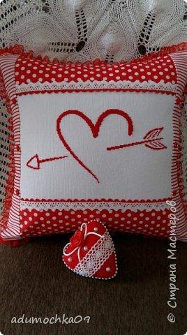 Подушка ко дню Валентина,это переделка,давно шила,не нравилась,распорола и с той же вышивкой получилась такая подушечка фото 1