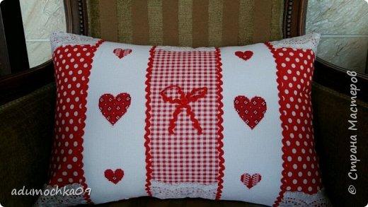Подушка ко дню Валентина,это переделка,давно шила,не нравилась,распорола и с той же вышивкой получилась такая подушечка фото 2