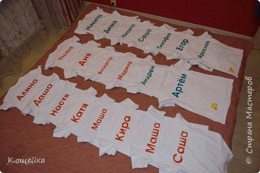 В группе в садике, куда ходит моя дочка, очень креативные воспитатели (спасибо им) В этом году придумали, чтобы дети на физкультуру и спортивные мероприятия ходили не в просто белых футболках, а в Олимпийских! На передней части футболок нарисованы олимпийские кольца, а на задней подписано имя ребенка. фото 2
