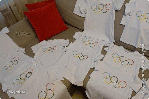 В группе в садике, куда ходит моя дочка, очень креативные воспитатели (спасибо им) В этом году придумали, чтобы дети на физкультуру и спортивные мероприятия ходили не в просто белых футболках, а в Олимпийских! На передней части футболок нарисованы олимпийские кольца, а на задней подписано имя ребенка. фото 4