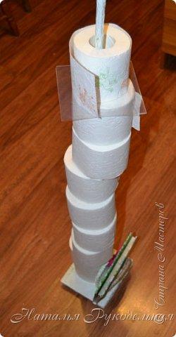 Всем приветы! Хочу показать еще одну мою давнюю задумку - держалку и хранилку для туалетной бумаги.   Так как на съемной квартире у нас нет держалки для туал.бумаги, а сверлить стену не разрешается, я придумала вот такое сооружение. Здесь не только бумага будет держаться, но и храниться ))) фото 1