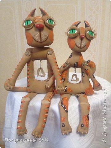 Очередная повторюшка. о которой я грезила последние два года. Этих чудесных котов я увидела на странице Mari Ambercloud. Как водится, убрала в закладки и втихаря любовалась. И вот ура-ура!!! ДОЗРЕЛА!!! Котики сшиты из бязи, тонированы кофе. фото 1