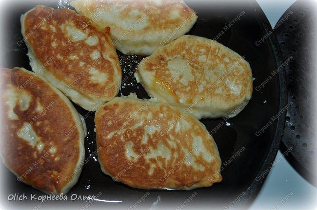 Здравствуйте. Хочу поделиться еще одним простым рецептом теста для пирогов. Это тесто идеально для жарки пирожков на сковороде. Минимум продуктов и времени на приготовление. Тесто получается мягким, вкусным, подходит для сладкой или соленой начинки. фото 13
