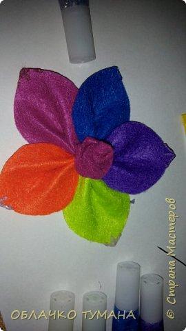 Вот такой цветочек мы сегодня сделаем. Для этого нам понадобятся: - фетр нескольких цветов Клей момент Контуры по ткани фото 13