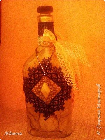 Эту бутылочку я назвала Мамина брошь.  Стиль Шебби Шик, декорирована чайными пакетиками, кружевами и маминой брошью. фото 1