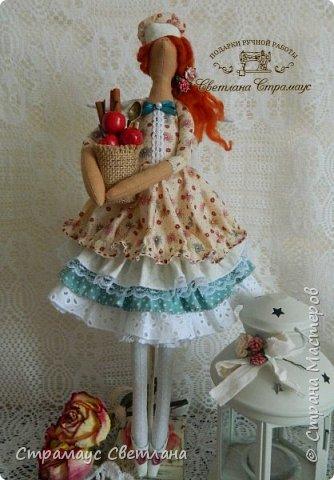 Доброго времени суток! Спасибо, что заглянули! А у меня новая кукла. Каждой хозяйке обязательно нужна помощница на кухне и лучше, если эта особа будет доброй Феей! И обязательно с этой доброй Феей  всё на кухне ладится , а яблочный пирог с корицей будет наивкуснейшим!  фото 2