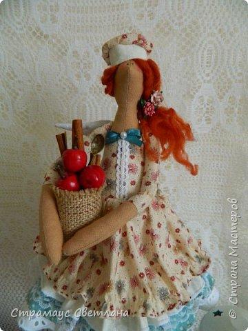 Доброго времени суток! Спасибо, что заглянули! А у меня новая кукла. Каждой хозяйке обязательно нужна помощница на кухне и лучше, если эта особа будет доброй Феей! И обязательно с этой доброй Феей  всё на кухне ладится , а яблочный пирог с корицей будет наивкуснейшим!  фото 3