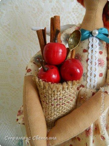 Доброго времени суток! Спасибо, что заглянули! А у меня новая кукла. Каждой хозяйке обязательно нужна помощница на кухне и лучше, если эта особа будет доброй Феей! И обязательно с этой доброй Феей  всё на кухне ладится , а яблочный пирог с корицей будет наивкуснейшим!  фото 4