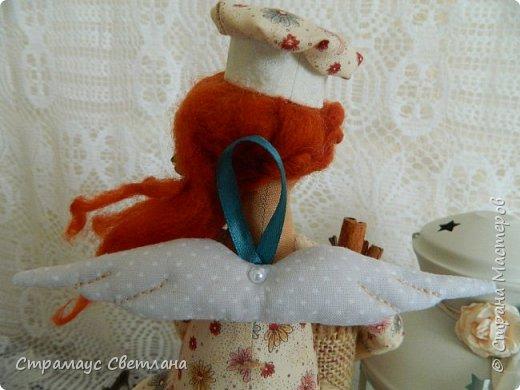Доброго времени суток! Спасибо, что заглянули! А у меня новая кукла. Каждой хозяйке обязательно нужна помощница на кухне и лучше, если эта особа будет доброй Феей! И обязательно с этой доброй Феей  всё на кухне ладится , а яблочный пирог с корицей будет наивкуснейшим!  фото 7