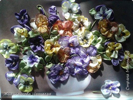 Доброго времени суток! Скоро весна-солнце запахи, трава, цветы, тепло. А пока вышиваем. Работа выполнена шелковыми лентами  размер 4,7, 12,25 мм. Ленты окрашены вручную до и после вышивки. фото 1