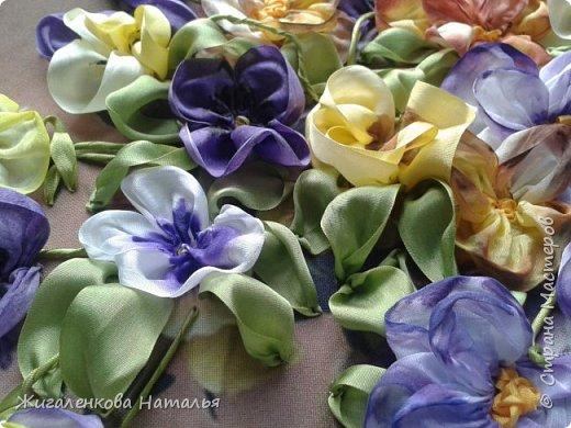 Доброго времени суток! Скоро весна-солнце запахи, трава, цветы, тепло. А пока вышиваем. Работа выполнена шелковыми лентами  размер 4,7, 12,25 мм. Ленты окрашены вручную до и после вышивки. фото 3