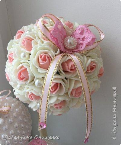 Еще раз здравствуйте, Мастера и Мастерицы!  Хочу показать Вам своё новое творение. Топиарий из цветочков и полубусин. Для меня это деревце особенное, так как сделано на подарок ко дню рождения моей мамочки.  фото 3