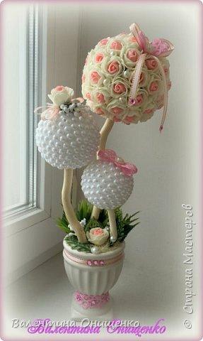 Еще раз здравствуйте, Мастера и Мастерицы!  Хочу показать Вам своё новое творение. Топиарий из цветочков и полубусин. Для меня это деревце особенное, так как сделано на подарок ко дню рождения моей мамочки.  фото 1